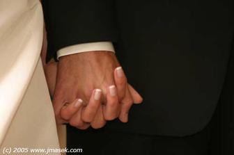 fotografa evidentně zaujaly naše pevně se držící ruce ...