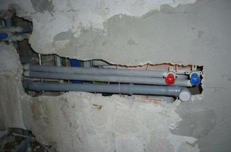 rozvod vody a odpadu zasekany v stene