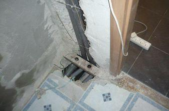 diera po rurach zasekanych v stene