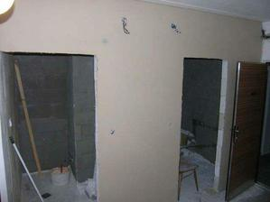 ...a stuky na stene z chodby...uvnitr wc a koupelny jsou natazena lepidla