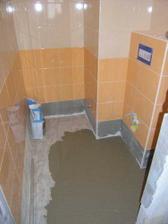 ...a vyrovnavani podlahy ve wc...byla nadherne krivoucka, ale uz neni