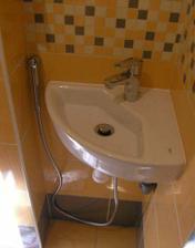 20/03/2008...umyvatko s bidetovou sprskou ve wc je na svem miste...