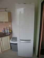 02/04/2008...kuchyne prakticky kompletni...tady je nova lednice a odpadkovy kos...