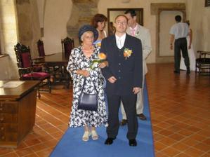 už se to řadí, ženich s maminkou, svědci,...