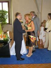 moje maminka gratuluje manželovi (má k čemu) :-)