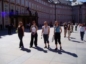 skupinka japonských turistek na hradě. Orientační paraple je schováno v kabelce Šárky:o)