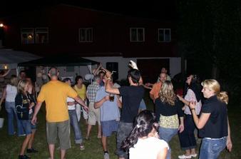 to už je pozdě večer - všichni tancují