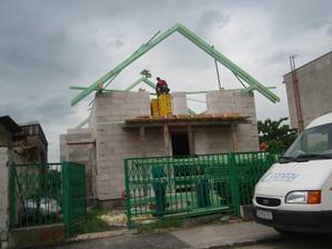 Začínajú stavať strechu
