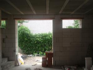 Okná v pravo a v ľavo boli domurované na menšie. Nad schodiskom, domurované kôli bezpečnosti a v pravo je plánovaná stena, kde bude televízor.