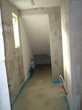 na konci technická miestnosť, v pravo bude vymurovaný sprchový kút a ešte jeden výklenok je na pračku :-)