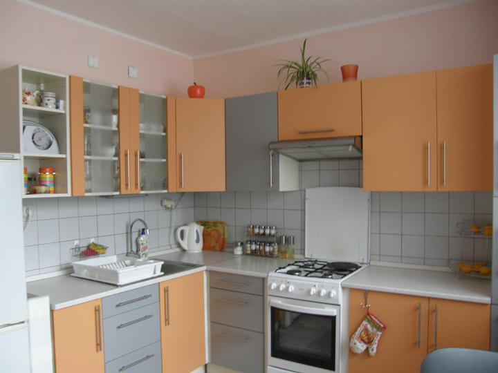 Zmeny v kuchynke-polička na kolieskach-vľavo vedľa chladničky, koreničky a batéria a hodiny, ktoré asi niekde zavesím.