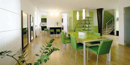 Myslím, že tie zelené stoličku sú už priveľa, zvolila by som skôr hnedé alebo biele ale je to krásny priestor.