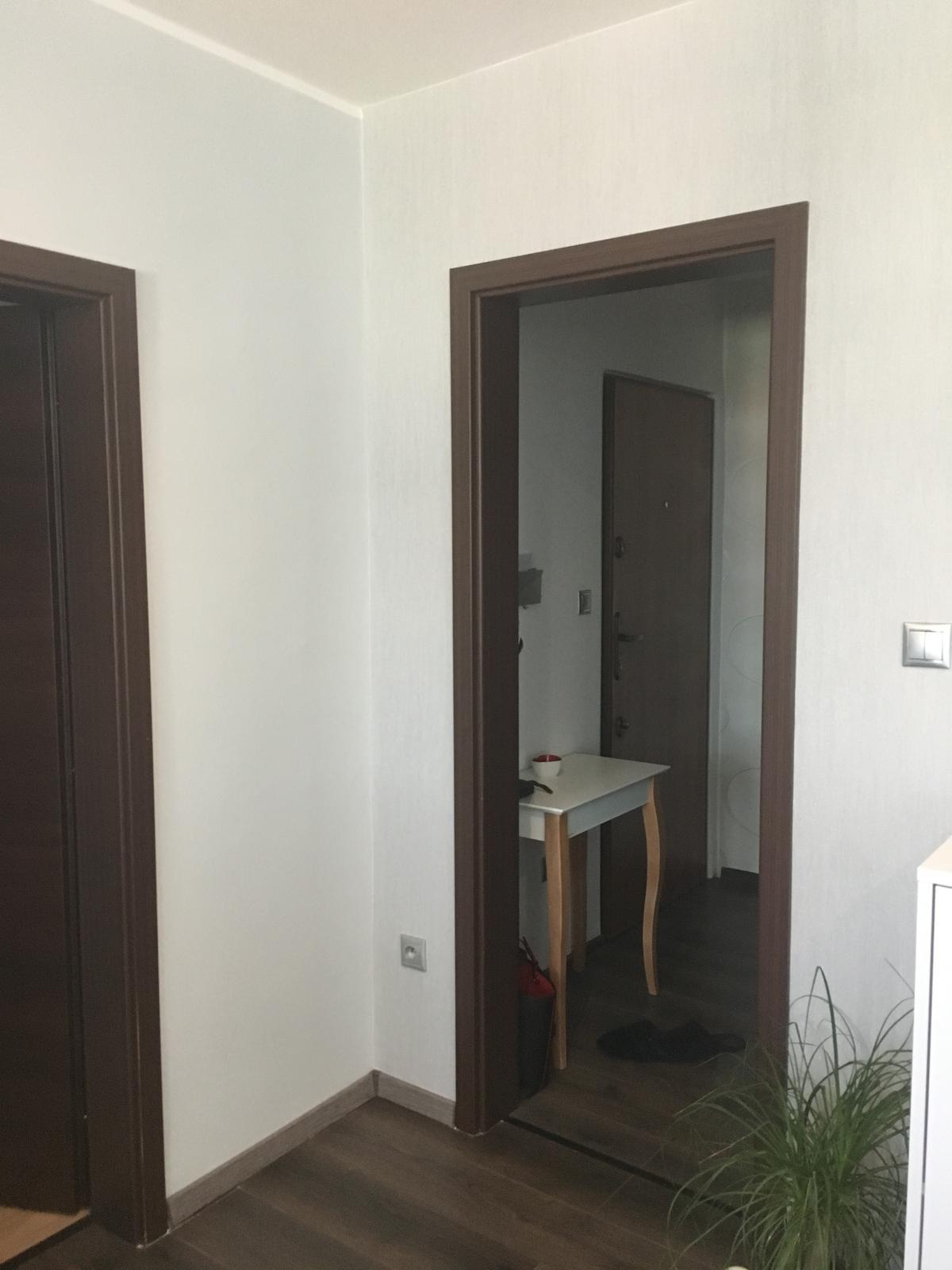 Náš domov :-) - Nie je to dobre vidiet ale tapeta je velmi podobny odtien sivej ako stena nalavo