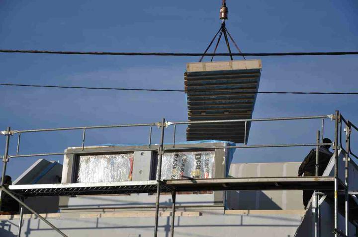 Nova 101 - den druhý - začíná se pokládat strop horního patra