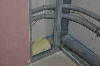 předstěna v horní koupelně