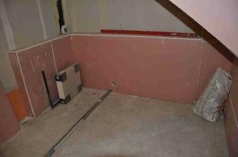 hotová předstěna v horní koupelně