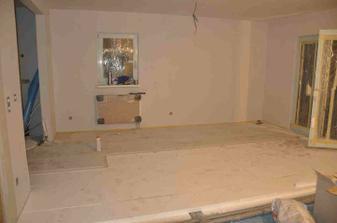 začíná se dělat podlaha v obýváku