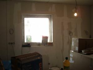 Okno v kuchyni je oproti standardu zmenšené.