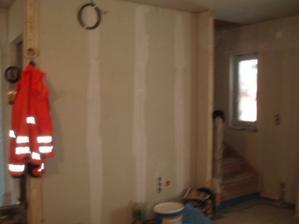 Schody jsou celé zakryté, na stěně bude TV.