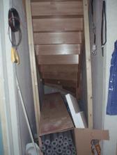 Úklidovka pod schodama.