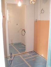 Dolní koupelna a vzadu technická místnost