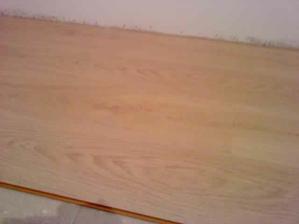 Nahoře se připravuje plovoučka na pokládku. Je to bělený dub, oproti fotce trochu jiný.