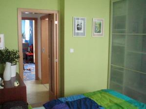 Pohled z ložnice do dětského pokoje přes chodbu s koupelnou.