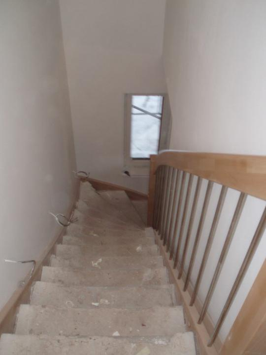 Stavba našeho domečku - 14. den schody už se zábradlím