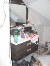 Horní koupelna již zařízená, ale bohužel to s tím bordýlkem tak nevynikne:-)