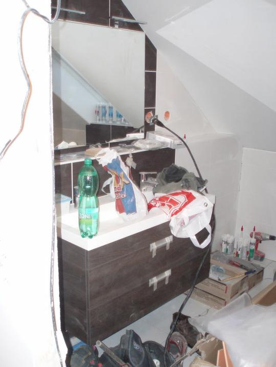Stavba našeho domečku - Horní koupelna již zařízená, ale bohužel to s tím bordýlkem tak nevynikne:-)