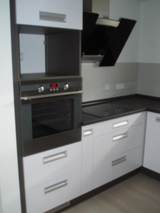 Kuchyň a postupné zabydlování - Mikrovlnku nám dodělají příští týden.