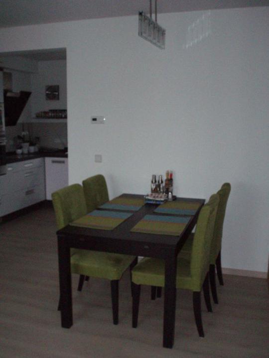 Kuchyň a postupné zabydlování - Jídelna. Měla jsem obavy, aby moc nevadila v prostoru, ale je tu místa jak v tanečním sále:-)
