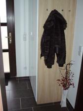 Vstupní chodba - vestavěná skříň se nakonec nekonala. Vyhrála IKEA, hodně jsme ušetřili.