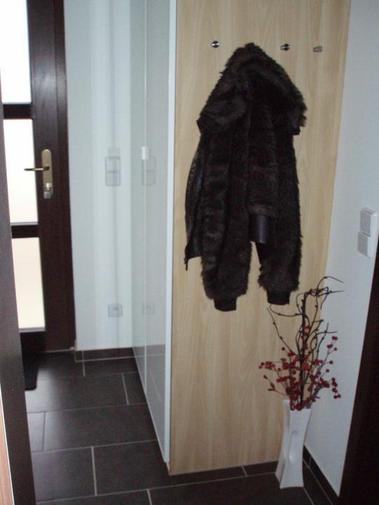 Kuchyň a postupné zabydlování - Vstupní chodba - vestavěná skříň se nakonec nekonala. Vyhrála IKEA, hodně jsme ušetřili.