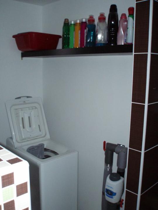 Kuchyň a postupné zabydlování - Nad pračkou už poličku mám:-) Zbyla nám z bytu.