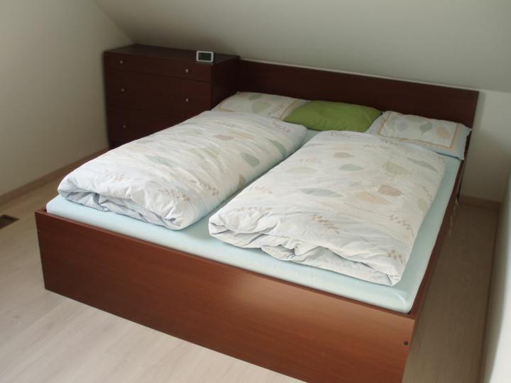 Kuchyň a postupné zabydlování - Tady zatím spíme, do budoucna pokoj pro hosty.