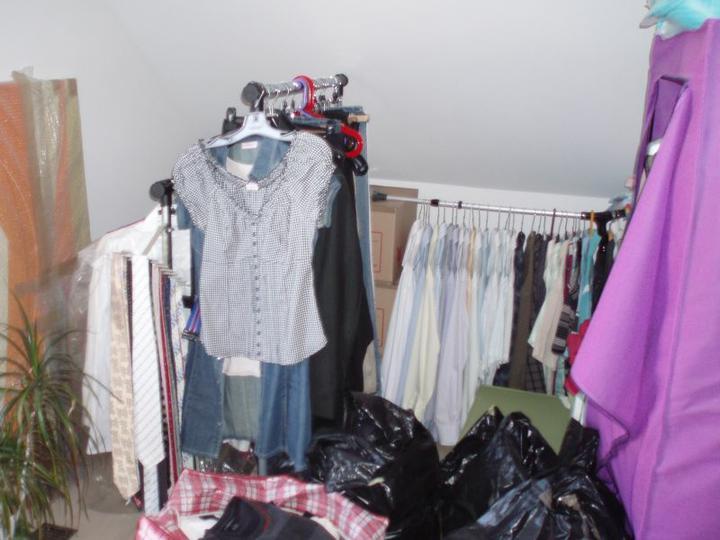 Kuchyň a postupné zabydlování - Takhle vypadala naše budoucí ložnice - provizorní šatna.
