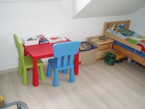 Vybavení má z původního bytu. Na nový nábytek si bude muset počkat, chudinka můj malej:-)