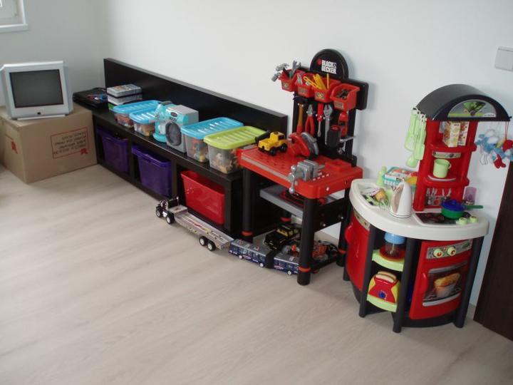 Kuchyň a postupné zabydlování - Ten šílenej regál na hračky je z našeho původního obýváku. Ten synův se nám hodil do pracovny.