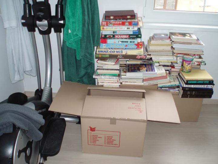 """Kuchyň a postupné zabydlování - """"Knihovna"""" v pokoji pro hosty, ta na mě čeká zítra:-)"""