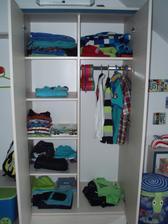 Skříň je neustále poloprázdná - spousta oblečení ve špíně:-) takže se krásně vejdeme.