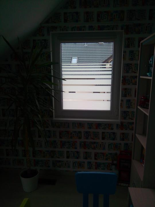 Konečně jsme vyřešili okno - fólie z Lidlu za 150 Kč, vyšla na dvě okna.