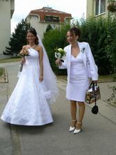nevěsta a maminka nevěsty před odjezdem na obřad