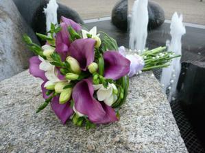 Pěkná kombinace fialových kal a frézií :-)