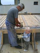 náš malý pomocníček chodí dedkovi pomáhať