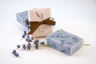 Přírodní (levandulové) ručně vyrobené mýdlo jako pozornost pro každého hosta...