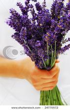 V mechový a břízových vázách krom rákosu a okrasných travin i kytičky levandulové