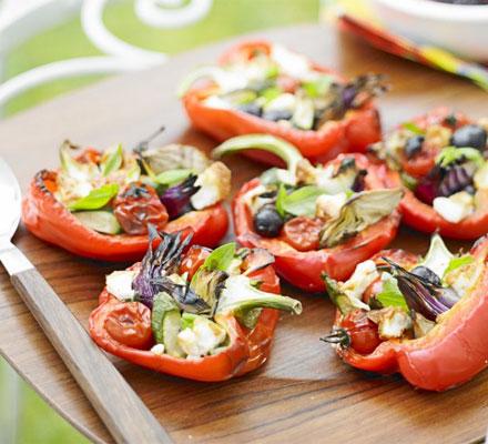 JÍDLO - inspirace - vegetariánský Předkrm http://www.bbcgoodfood.com/recipes/10951/pepper-and-feta-parcels