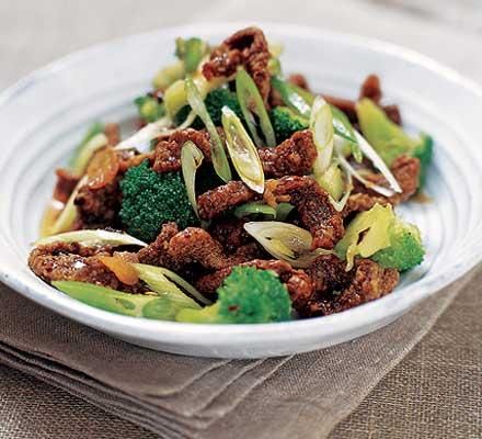 JÍDLO - inspirace - ? pro zarputilé MASOŽRAVCE – křupavé chilli hovězí s brokolicí a pečeným bramborem/dušenou rýží http://www.bbcgoodfood.com/recipes/3655/crispy-chilli-beef-with-broccoli