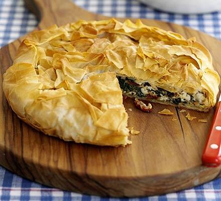 JÍDLO - inspirace - vegetariánský Křupavý koláč se špenátem, rajčaty a feta sýrem http://www.bbcgoodfood.com/recipes/4540/crispy-greekstyle-pie-